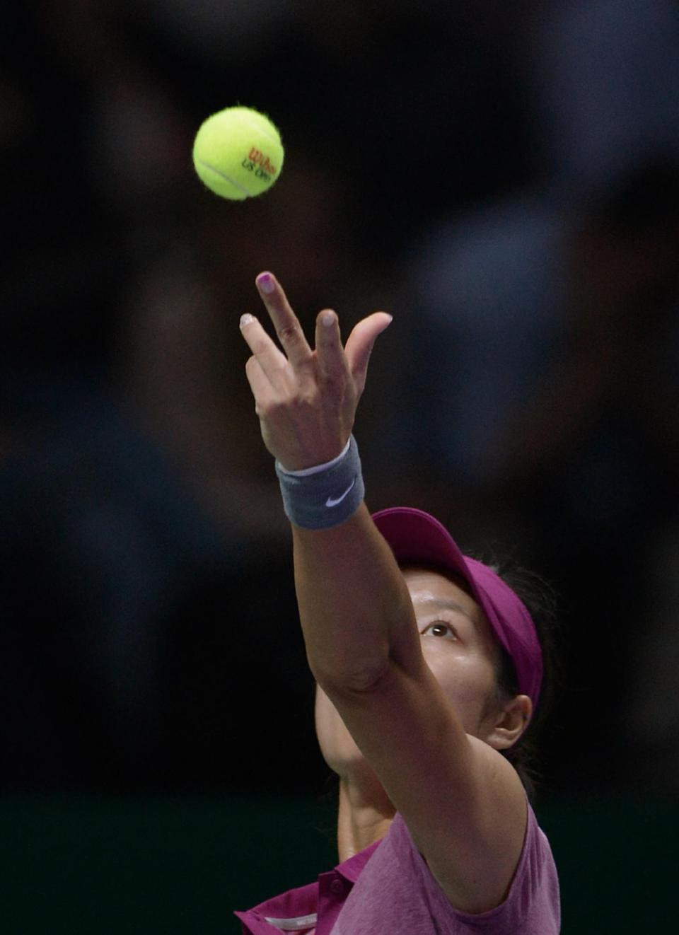 Li Na of China prepares to serve to Serena Williams of the USA during their final tennis match at the WTA Championship in Istanbul, Turkey, Sunday, Oct. 27, 2013. The world's top female tennis players compete in the championships which runs from Oct. 22 until Oct. 27.(AP Photo)