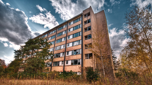 Located in Liberty, NY, Grossinger's was once an upscale retreat for the wealthy. The resort featured ice skating, swimming, and fine dining and attracted numerous celebrity guests. Since closing its doors nearly 35 years ago, the resort has remained abandoned and untouched in the New York countryside. (Photo: Walter Arnold/Flickr)