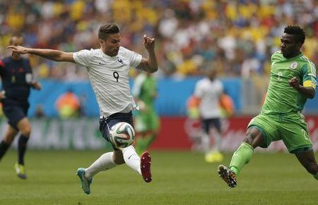 France's Giroud fights for the ball with Nigeria's Yobo during their 2014 World Cup round of 16 game at the Brasilia national stadium in Brasilia