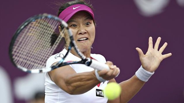Li Na of China returns the ball to Petra Cetkovska of Czech Republic at the Qatar Open (Reuters)