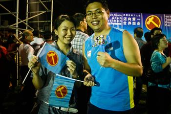 Workers' Party supporters brought their toy hammer to the rally. (Yahoo!/Liyana Low)