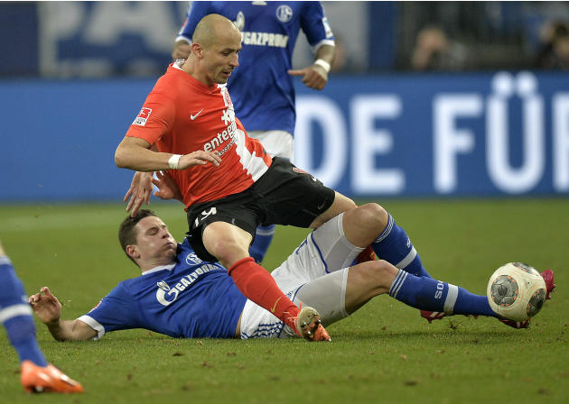 Mainz's Elkin Soto of Colombia, up, and Schalke's Julian Draxler challenge for the ball during the German Bundesliga soccer match between FC Schalke 04 and FSV Mainz 05 in Gelsenkirchen,  Germ