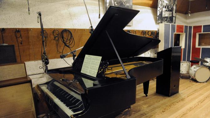 Steinway receives new bid topping Kohlberg's offer