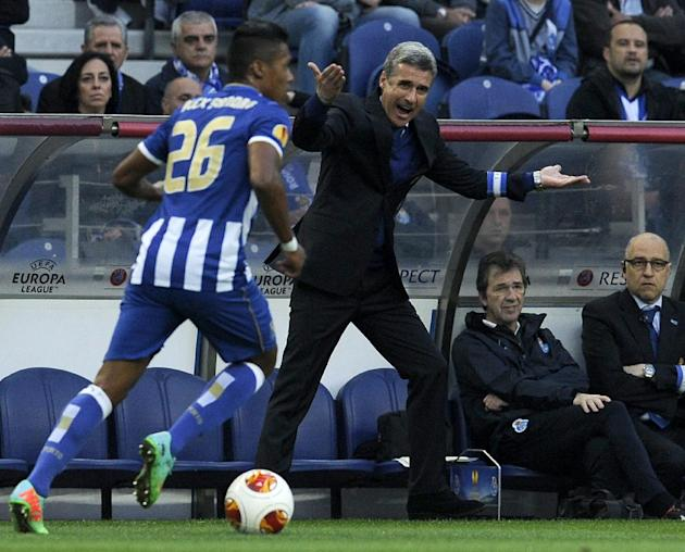 FC Porto's coach Luis Castro, center, gestures towards his players during their Europa League round of 16, first leg soccer match at the Dragao stadium, in Porto, Portugal, Thursday March 13, 2014