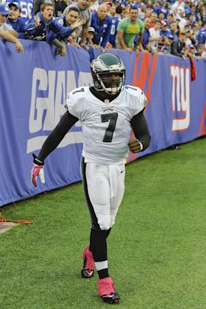 Vick throws, but doesn't practice in team drills