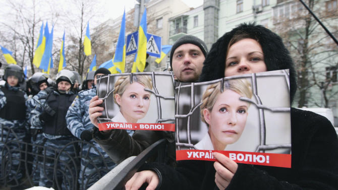 Supporters of former Ukrainian Prime Minister Yulia Tymoshenko take part in a rally outside Ukraine's Presidential office in Kiev, Ukraine, Monday, Jan. 21, 2013. . Last week, Ukrainian authorities stepped up their legal campaign against Tymoshenko, accusing her of organizing the murder of a businessman nearly 20 years ago. (AP Photo/Efrem Lukatsky)