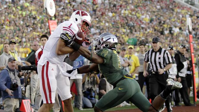 Wisconsin's Nick Toon, left, scores a touchdown as Oregon's Ifo Ekpre-Olomu defends during the second half of the Rose Bowl NCAA college football game, Monday, Jan. 2, 2012, in Pasadena, Calif.  (AP Photo/Matt Sayles)