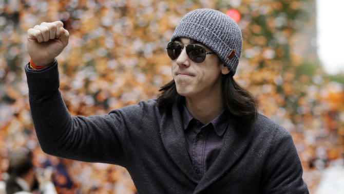 San Francisco Giants pitcher Tim Lincecum acknowledges fans during the baseball team's World Series victory parade, Wednesday, Oct. 31, 2012, in San Francisco. (AP Photo/Marcio Jose Sanchez)