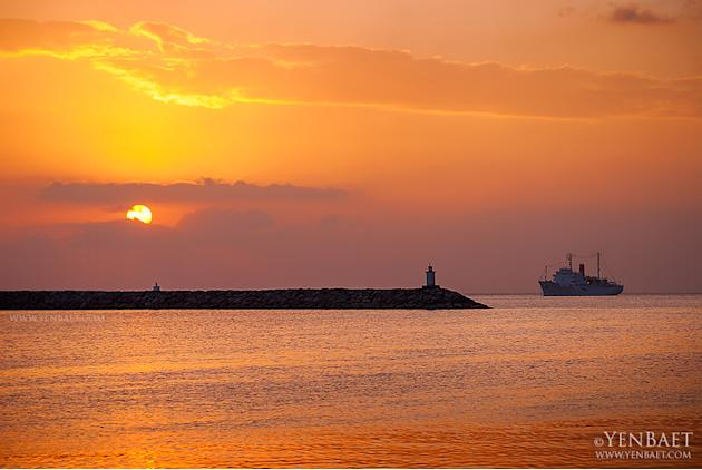 Sunset on Manila Bay, one of the best natural harbors in the region. (Yen Baet)