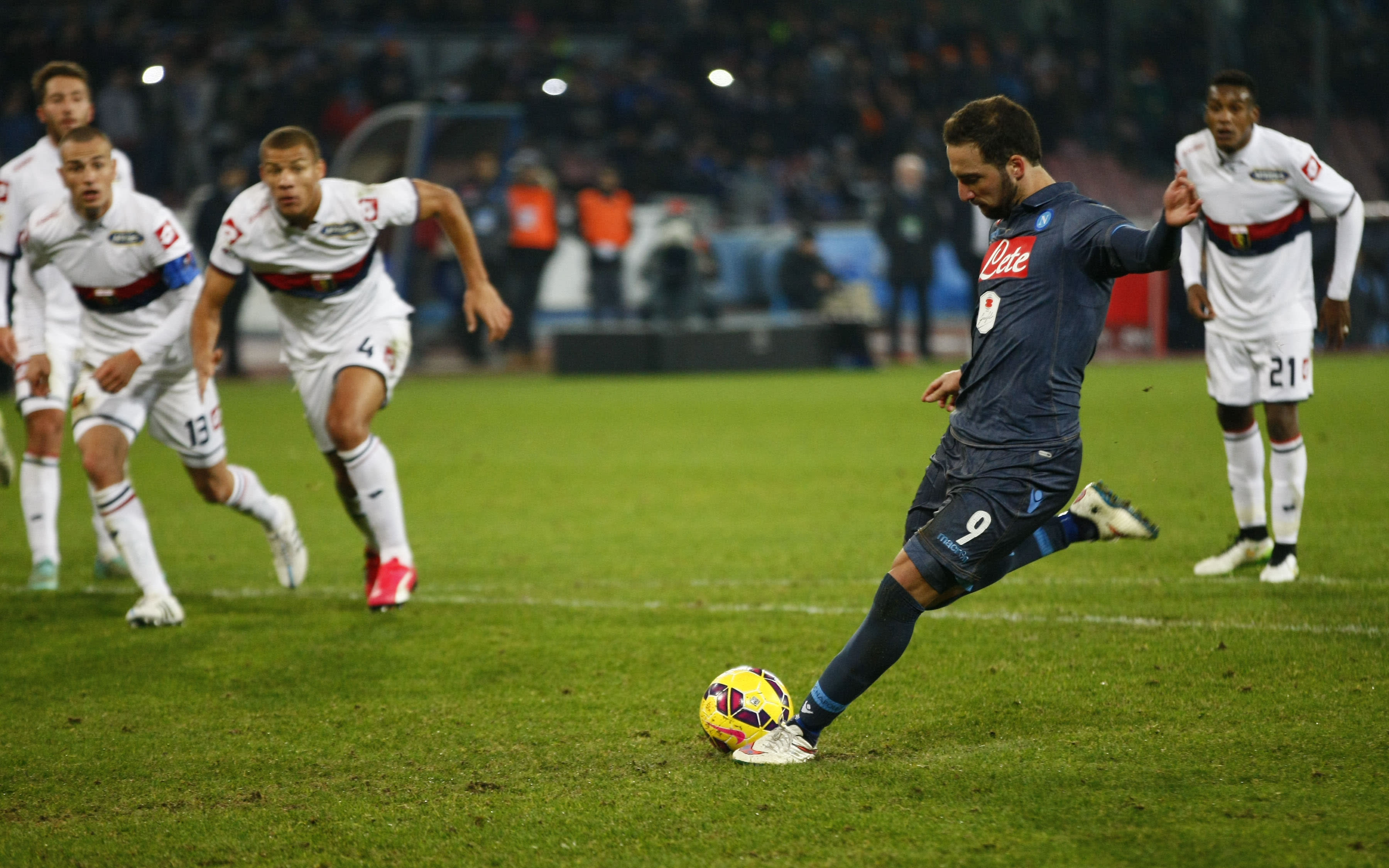 Dubious Higuain brace sees Napoli up to third