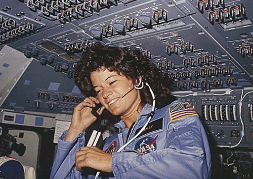 Die erste US-Brgerin im All, Sally Ride, ist im Alter von 61 Jahren gestorben. US-Prsident Barack Obama wrdigte sie als &quot;nationale Heldin&quot; und groes Vorbild, das &quot;Generationen von jungen Mdchen inspirierte, nach den Sternen zu greifen&quot;. (Archivbild)