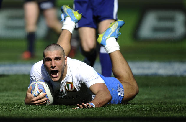 Italy's Giovanbattista Venditti (C) runs to score against Scotland during their Rugby Union Six Nations match at the Rome's Olympic stadium on March 17, 2012. Italy defeated Scotland 13-6.  AFP PHOTO