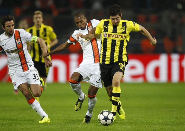 Shakhtar Donetsk's Fernandinho tackles Borussia Dortmund's Lewandowski during their Champions League soccer match in Dortmund