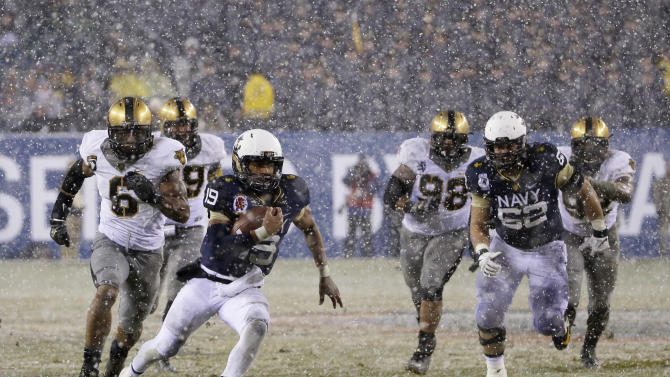 Navy quarterback Keenan Reynolds (19) runs in a touchdown during the first half of an NCAA college football game against Army, Saturday, Dec. 14, 2013, in Philadelphia. (AP Photo/Matt Slocum)