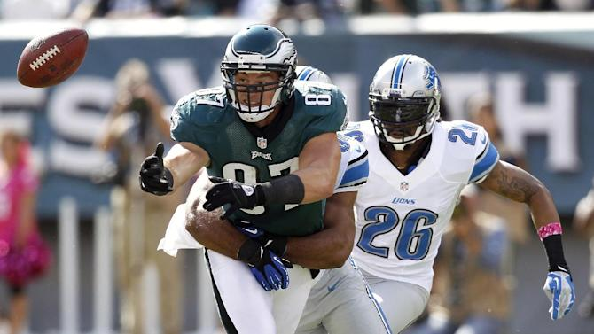 Philadelphia Eagles tight end Brent Celek (87) is unable to catch a pass from quarterback Michael Vick as Detroit Lions Louis Delmas (26) and outside linebacker DeAndre Levy defend on the play during the first half an NFL football game on Sunday, Oct. 14, 2012, in Philadelphia. (AP Photo/Mel Evans)