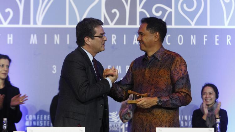 Director-General Azevedo shakes hands with Chairman Wirjawan after presenting him with a ceremonial hammer during the WTO closing ceremony in Nusa Dua