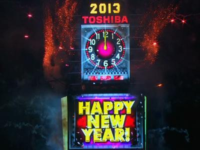 Raw: New York Rings in the New Year