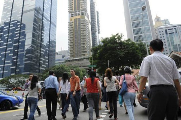 People walking in Singapore's business district. (AFP photo)