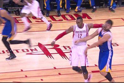 Dwight Howard hits Andrew Bogut in the face, doesn't get ejected
