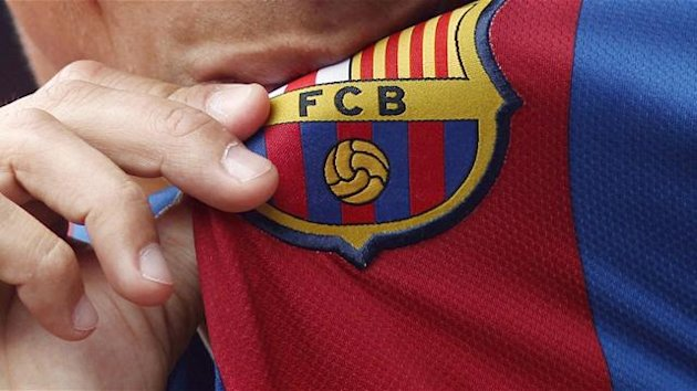 Kissing the Barcelona crest