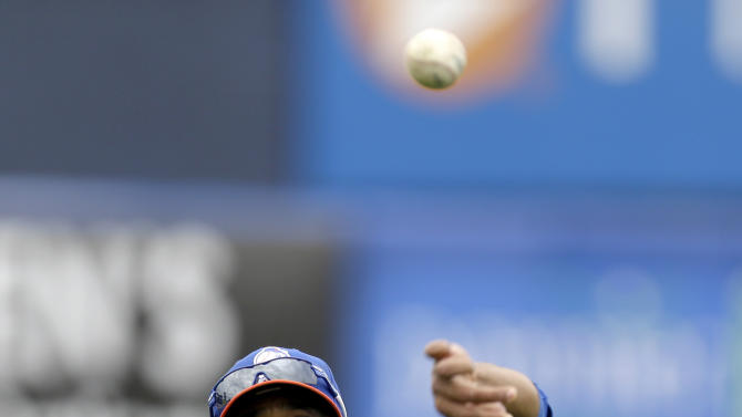New York Mets pitcher Johan Santana throws while working out before the Mets' spring training baseball game Detroit Tigers, Friday, March 1, 2013, in Port St. Lucie, Fla. (AP Photo/Julio Cortez)