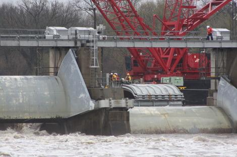 Corps of Engineers Remove Runaway Barge from Illinois' Marseilles Dam