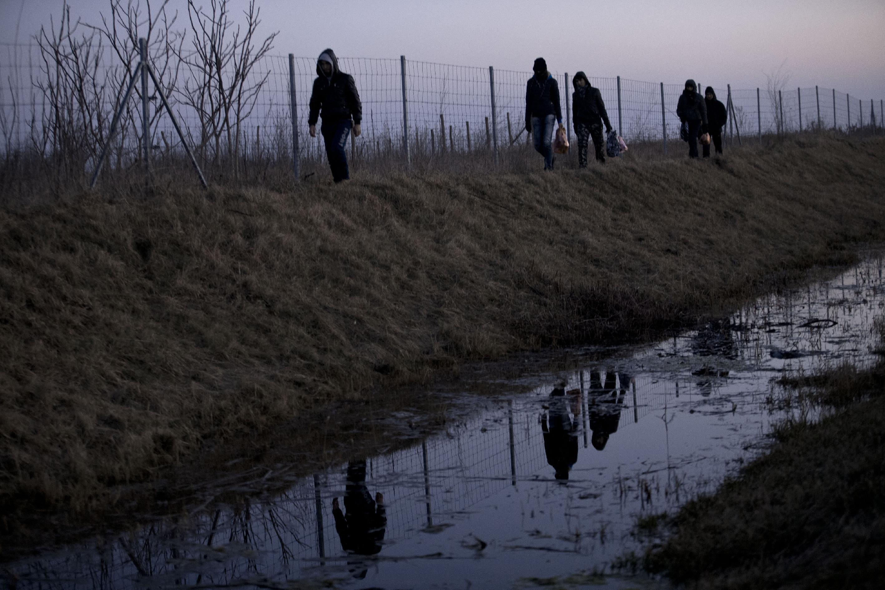 AP PHOTOS: Migrants flock to EU door at Hungary's border