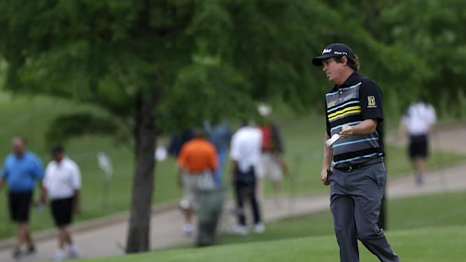 Jason Dufner prepares to putt on the first green during the first round of the Byron Nelson Championship golf tournament Thursday, May 16, 2013, in Irving, Texas. Dufner, who shot even-par on the first day, is the tournament's defending champion. (AP Photo/Tony Gutierrez)