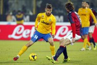 Juventus' Fernando Llorente (L) is challenged by Bologna's Cesare Natali during their Italian Serie A soccer match at the Dall'Ara stadium in Bologna December 6, 2013. REUTERS/Giampiero Sposito (ITALY - Tags: SPORT SOCCER)
