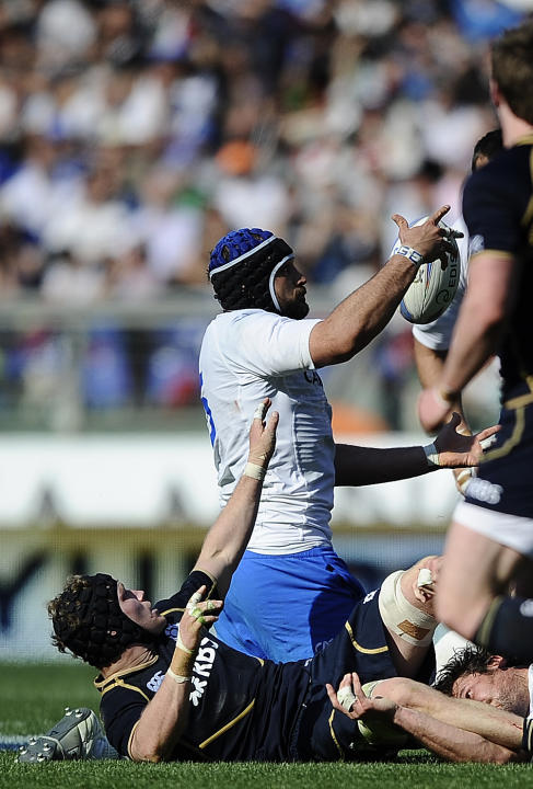 Italy's Marco Bartolami (R) vies with Scotland's  Ross Rennie during their Rugby Union Six Nations match at the Rome's Olympic stadium on March 17, 2012. Italy defeated Scotland 13-6.  AFP PHOTO / FIL