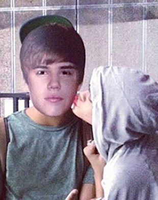 Rihanna Kisses Justin Bieber On Twitter?