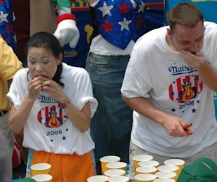 Sonya Thomas and JoeyChestnut face off in 2006. (Photo by Bobby Bank/WireImage)