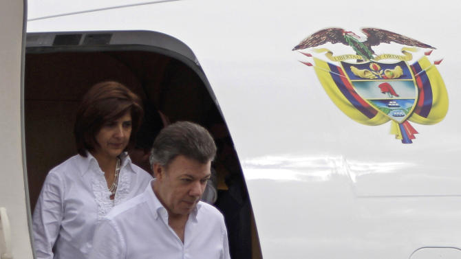 Colombia's President Juan Manuel Santos deplanes at the Jose Marti International Airport, followed by Colombia's Foreign Minister Maria Angela Holguin, in Havana, Cuba, Wednesday March. 7, 2012. Santos flew to Cuba on Wednesday to meet with counterpart Raul Castro about an upcoming regional summit amid talk of a possible boycott that would be a challenge to U.S. foreign policy. Members of the Venezuelan-led leftist Bolivarian Alliance, or ALBA, demanded last month that Cuba be included in the April 14-15 Summit of the Americas in Cartagena, but stopped short of threatening a boycott while urging Colombia to extend an invitation. As host, Colombia gets the final decision. (AP Photo/Franklin Reyes)
