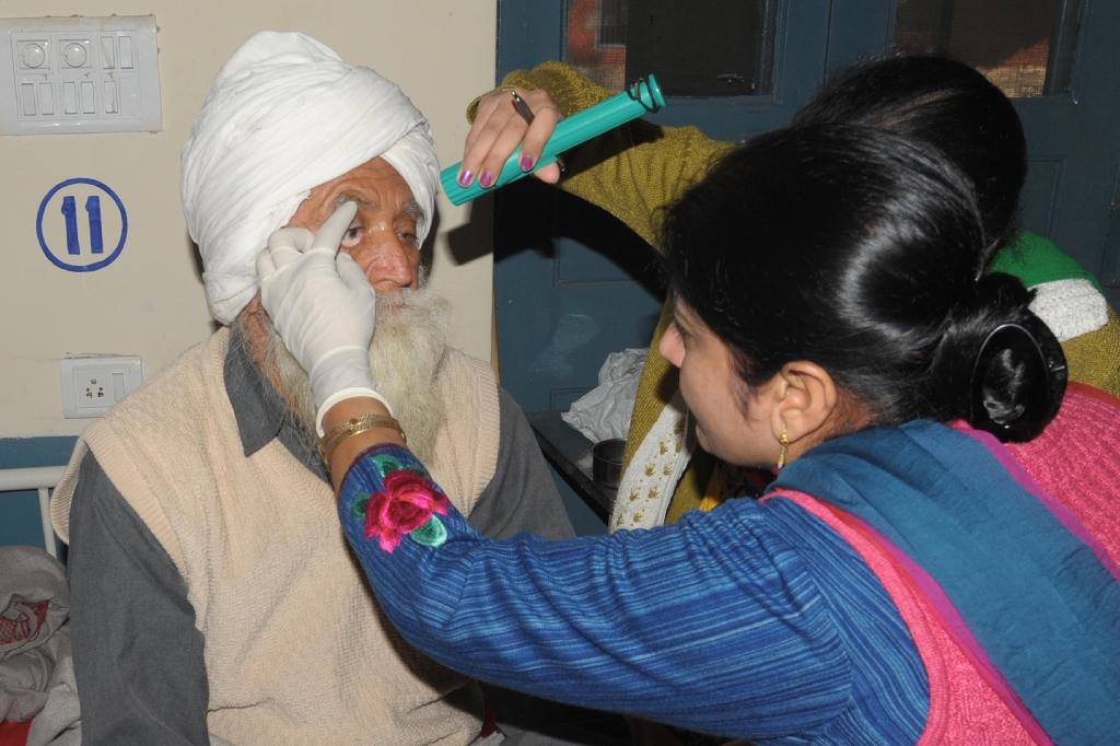 'Botched' India cataract surgery leaves 15 with sight loss