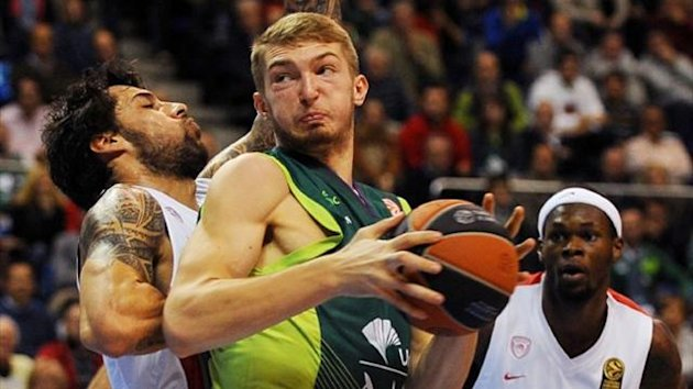 Olympiacos Piraeus forward Georgios Printezis (L) vies with Unicaja's Lithuanian forward Domantas Sabonis (AFP)