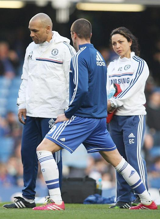 . London (United Kingdom), 08/03/2014.- Chelsea's striker Fernando Torres (C) talks to assistant first team coach Jose Morais (L) and first team doctor Eva Carneiro (R) as he warms up for the Engl
