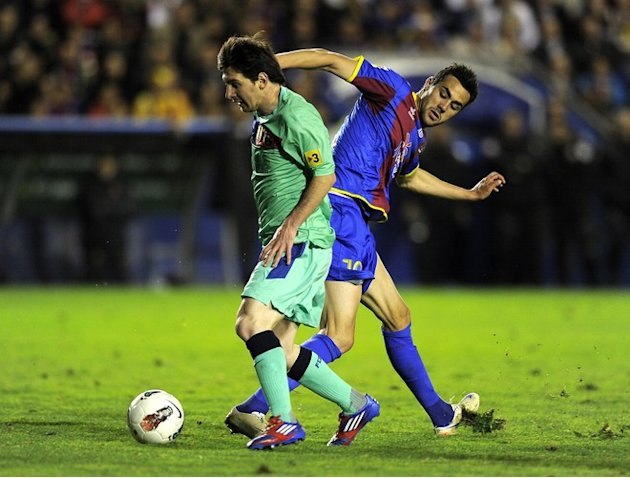 FC Barcelona's Argentinian Forward Lionel Messi (R) Vies AFP/Getty Images