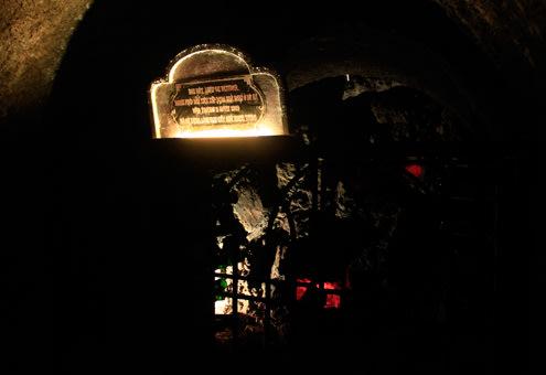Ở những hốc lớn còn ghi tên của chủ rượu. Rượu thời xưa được giới thượng lưu ký gửi tại đây để sử dụng dần.