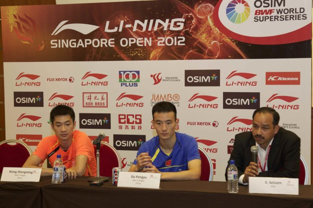 (L-R) China's Wang Zhengming, Du Pengyu and Superseries marketing manager S. Selvam (Photo courtesy of Li-Ning Singapore Open)