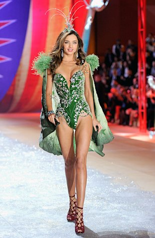 Victoria&#39;s Secret Fashion Show: Miranda Kerr Flaunts Long Legs, Slim Waist in Low-Cut Green Leotard