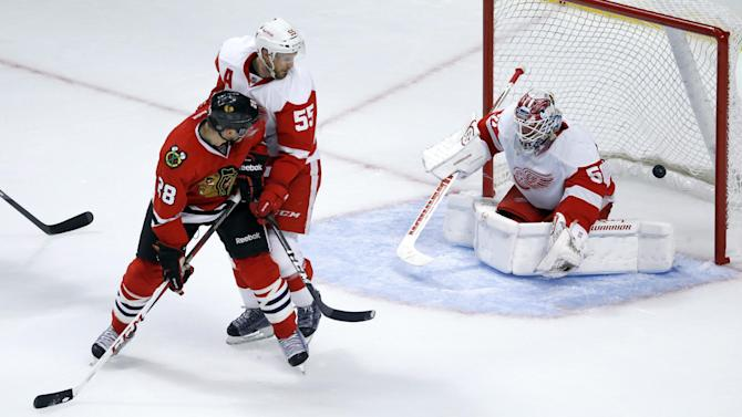 Sharp, Smith lead Blackhawks over Red Wings