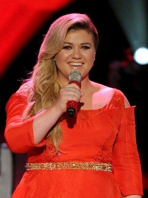 Watch Kelly Clarkson Adorably Forget The Lyrics To Her Biggest Hits In This Facebook Live Video