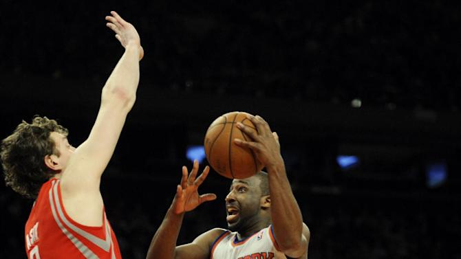 New York Knicks' Raymond Felton, right, drives on Houston Rockets' Omer Asik in the first quarter of the NBA basketball game at Madison Square Garden in New York, Monday, Dec. 17, 2012. (AP Photo/Henny Ray Abrams)