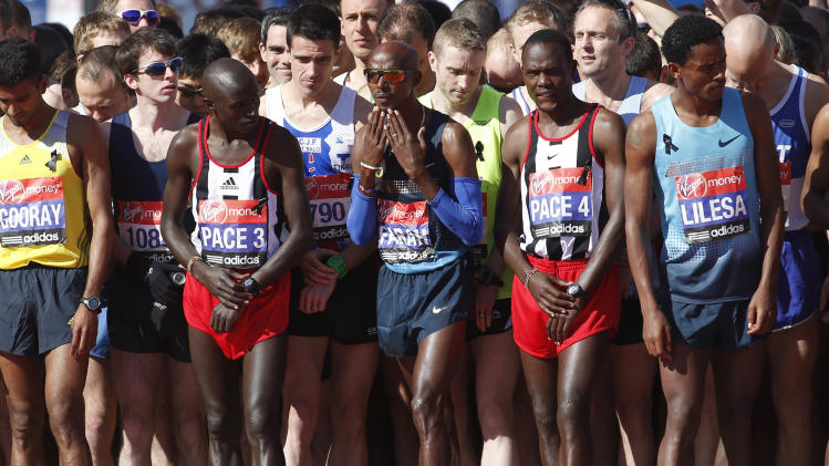 Britain's Mo Farah, center, prepares to start the elite men race during the London Marathon, London, Sunday, April 21, 2013. (AP Photo/Sang Tan)