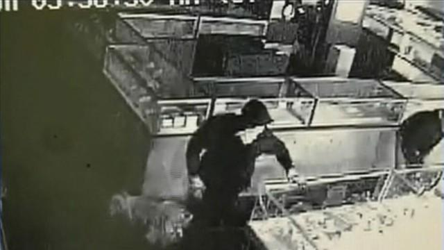 Smash-and-Grab Jewelry Heist Caught on Tape