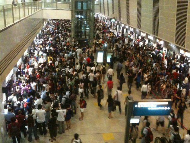 Peak hour morning traffic at the Bishan MRT Circle Line. (Yahoo! photo)