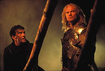 Antonio Banderas and Vladimir Kulich in The 13th Warrior