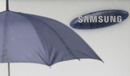 Samsung Elec says mobile payments data safe after LoopPay hack