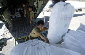 Philippines military personnel unload relief aid from …