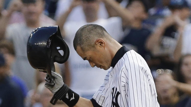 New York Yankees' Ichiro Suzuki bows and tips his helmet to the crowd after hitting a single during the first inning of a baseball game against the Toronto Blue Jays for his 4,000th career hit combined in Japan and the major leagues, Wednesday, Aug. 21, 2013, in New York. (AP Photo/Frank Franklin II)